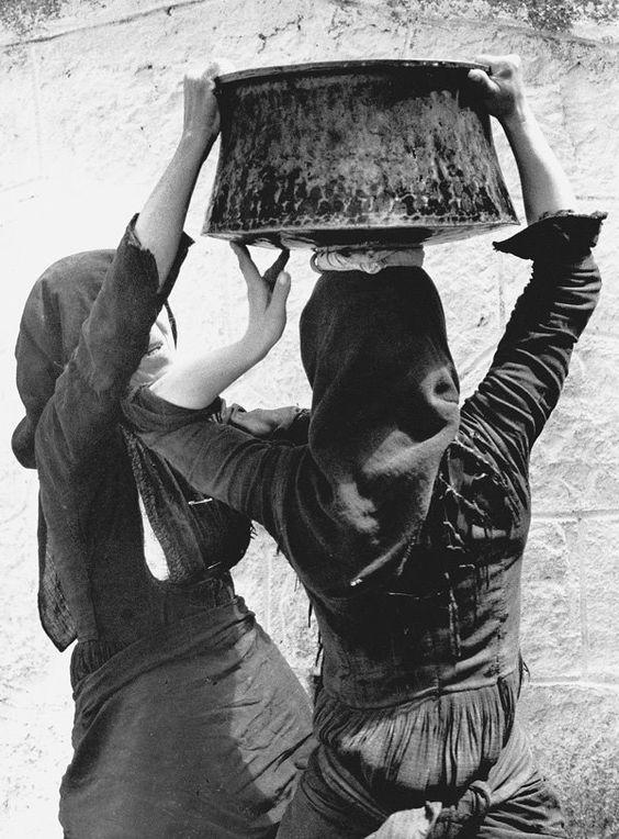 1967 Μανάση, μεταφορά πόσιμου νερού.  Fritz Berger «Λευκάδα Άνθρωποι και Τοπία» και «Λευκάδα ένα ταξίδι στο χρόνο»