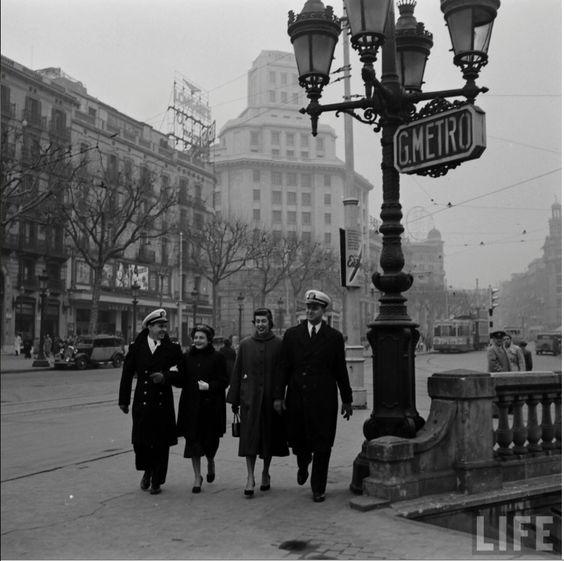 Sisena flota a Barcelona. Plaça Catalunya.. Foto de N R Farbman. Gener de 1952. LIFE.