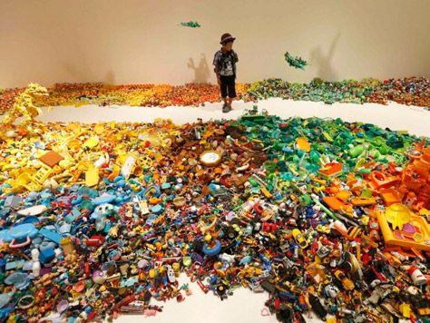 El artista japonés Hiroshi Fuji y sus esculturas con juguetes.
