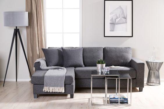 Sala de estar com detalhes prateados
