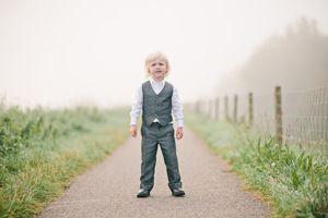 Volgens mij, is dit een lekker ontdeugend jongetje. Maar wat staat zijn gilet met bijpassende pantalon hem goed. Natuurlijk van Corrie's bruidskindermode. Trouwen, huwelijk, bruiloft, bruidskinderen, bruidsmeisje, bruidsjonker. bruidskindermode.nl
