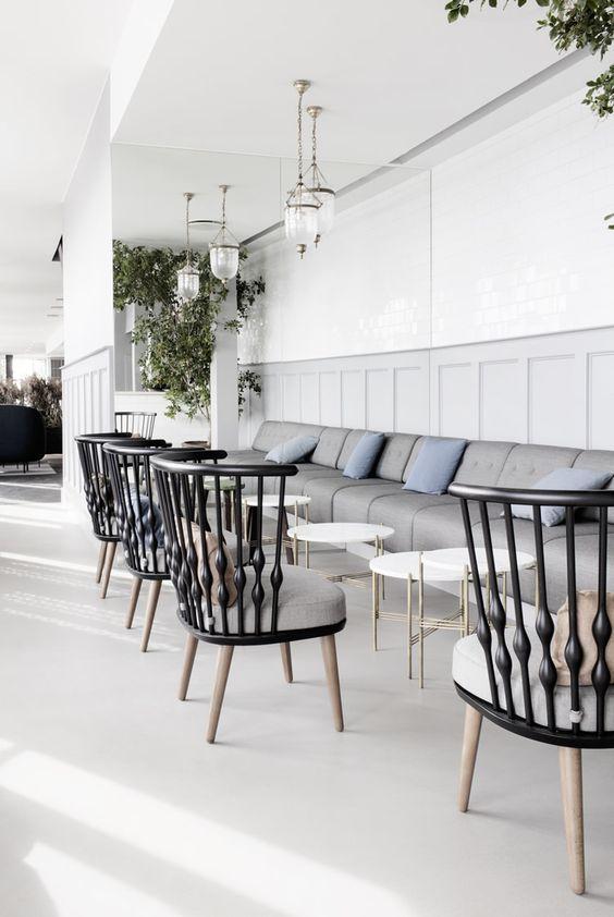 Dit kan natuurlijk ook thuis als eetkamer, en dan met een tafel van 70 cm hoog: bankje aan de muur en losse stoelen er tegenover. Rest The Standard | Copenhagen