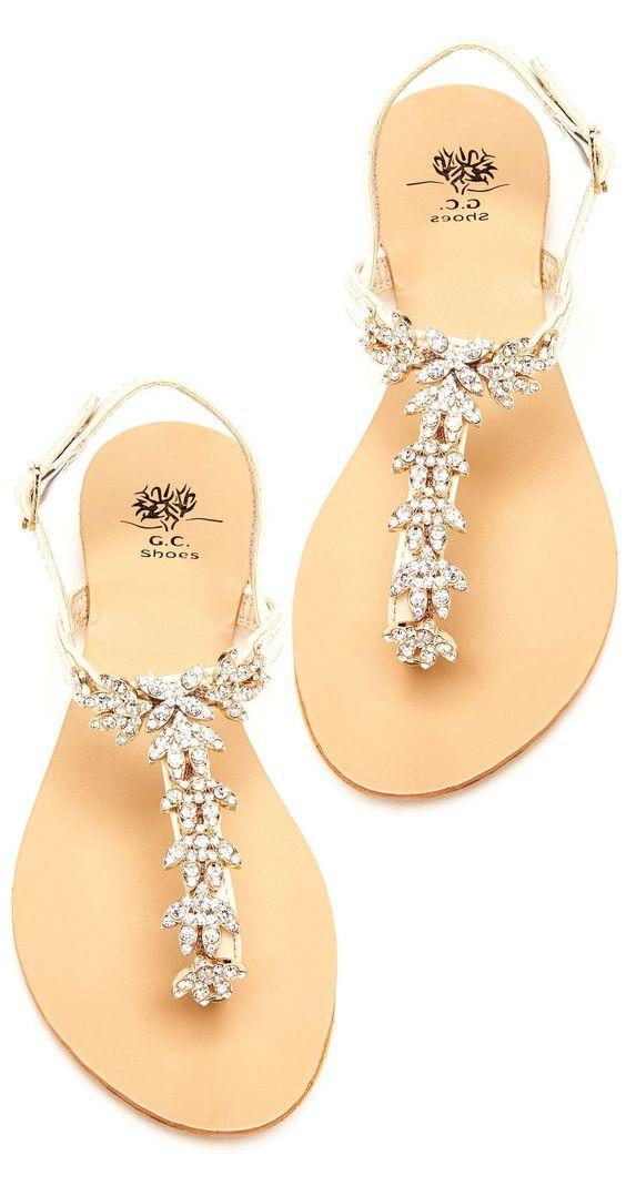 Otra opción para una boda en jardín, son las sandalias de piso. Sobre todo para…