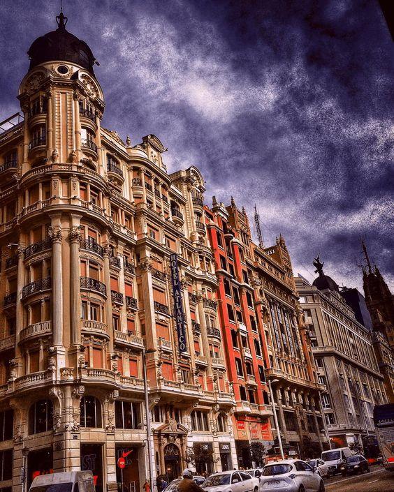 En el corazón de la ciudad   At the heart of the city.  Gran Vía Madrid #mobilephotography #madrid #architecture