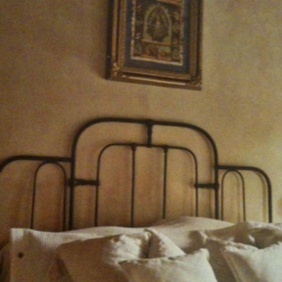 Un cabezal de cama hecho con camas antiguas e ibdividuales