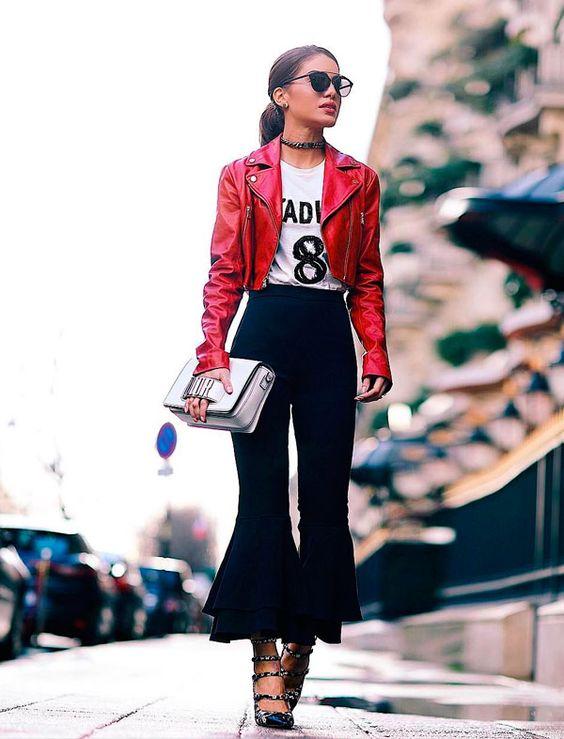 Camila Coelho usa a trend do momento: calça de babados + jaqueta de couro.