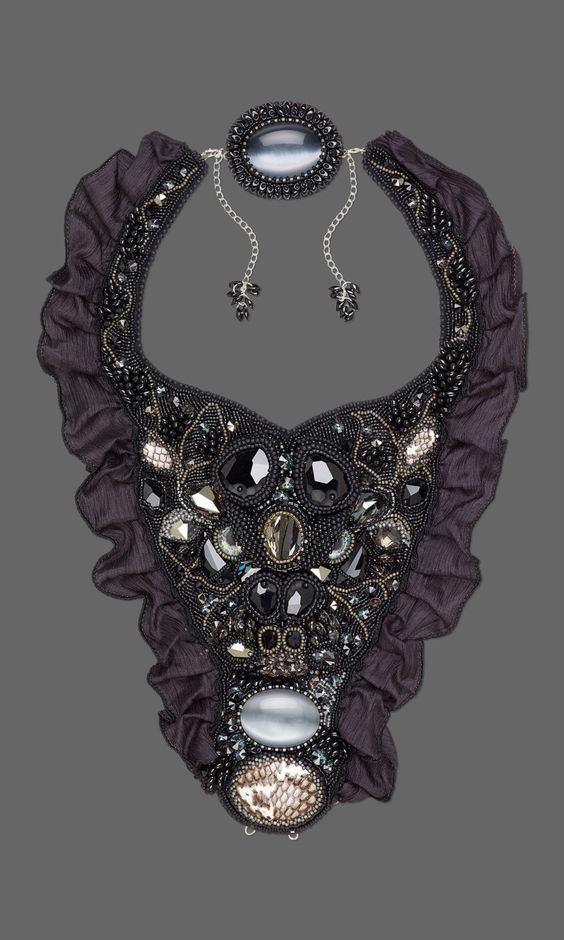 Toxic Goddess (Transformer jewelry set) This jewelry set includes a necklace, a hood, a bracelet, a belt, a brooch, and a silk ribbon. It was