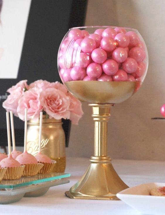 Me encantan estas copas de dulces como centros de mesa para fiestas de primera comunión. #FoestaPrimeraComunion
