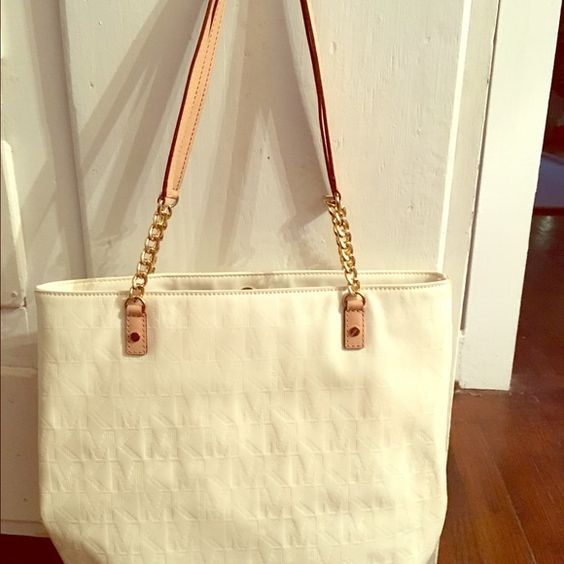 MK purse White MK purse with gold chain and leather straps. Very good condition has hardly been used. I'm always willing to negotiate but this price is the lowest I can go. TY guys!  Michael Kors Bags Shoulder Bags