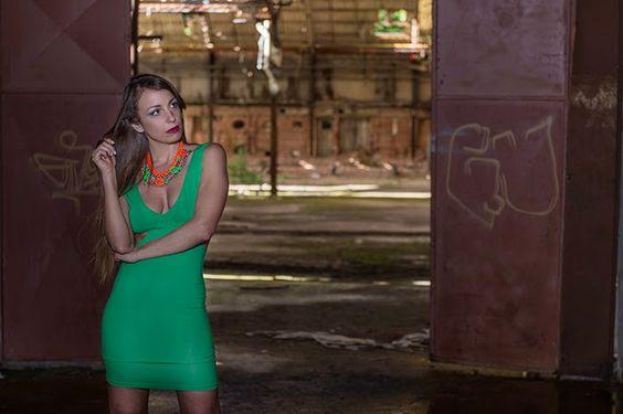 cut out dress - romwe green dress - abito verde smeraldo - collana fluo
