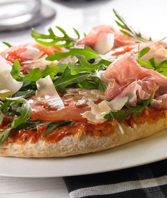 Eine leckere Pizza mit Parmaschinken.