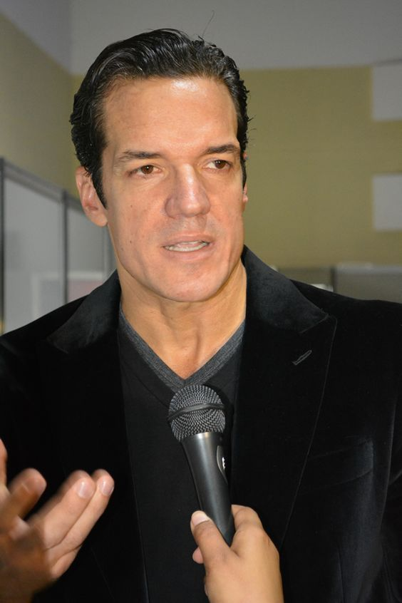 Galã da Rede Globo enlouquece fãs na FozHair 2013.  http://revistavidainteressante.com.br/blog/na-fronteira/ator-carlos-machado-causou-frisson-evento-beleza-foz/