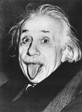 舌をペロっと出しているアルベルト・アインシュタインの壁紙・画像
