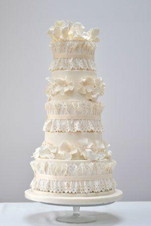 Gâteau de mariage blanc avec des oiseaux