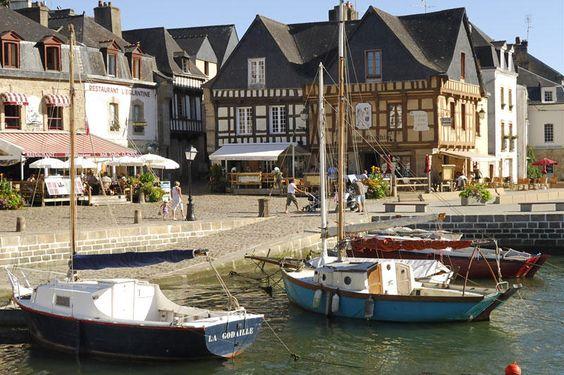 Lové dans le fond d'une ria, Saint-Goustan traverse les siècles en conservant ses ruelles pavées, son pont de pierre, ses maisons à pans de bois et ses quais animés.