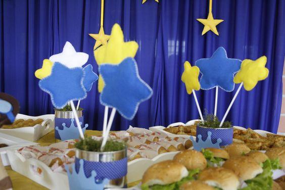 Enfeites, estrelas de feltro com latas de leite em pó revestido com tecido e detalhe da coroa em eva para mesa de salgados.