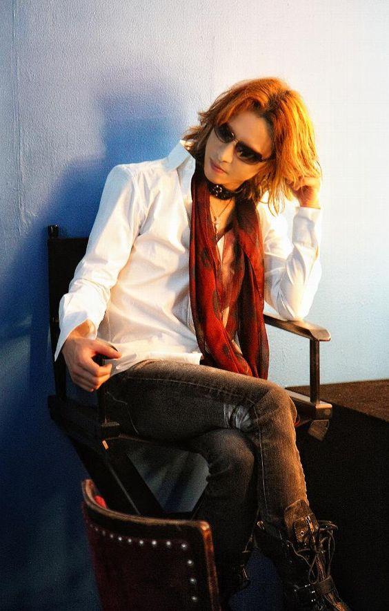 白いジャケットを着て赤いスカーフを首にかけているXJAPAN・YOSHIKIの画像