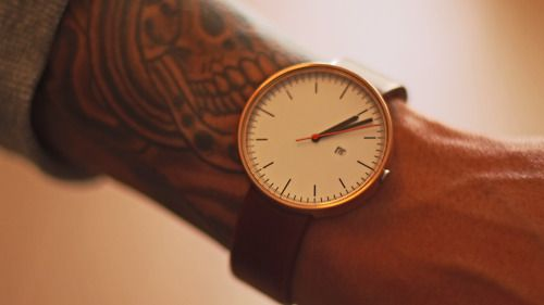 Bu saatin markasını bulana, bilene veya getirene yüz bin lira veriyorum.