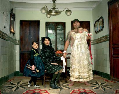 Hector De Gregorio http://www.riseberlin.com/images/exhibitions/lebenliebenhectordegregoriofamily.jpg