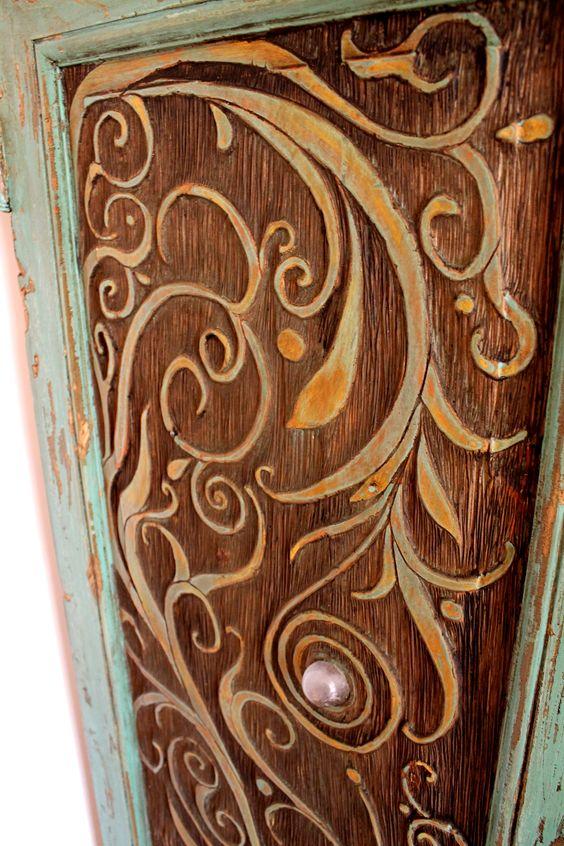 """""""El Bulbo de Amor"""" puerta antigua, tallada a mano, decapada y con esfera de cristal de cuarzo."""