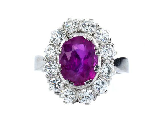 Ringweite: 55. Gewicht: ca. 7,2 g. WG 750. Klassisch-eleganter Ring mit feinem oval facettiertem Saphir in intensivem Pink, ca. 3,5 ct, umrahmt von hochfeinen...