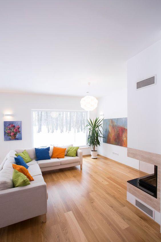 decora con cortinas en el mismo tono que las paredes para ampliar visualmente el cuarto - agrega almohadones de color