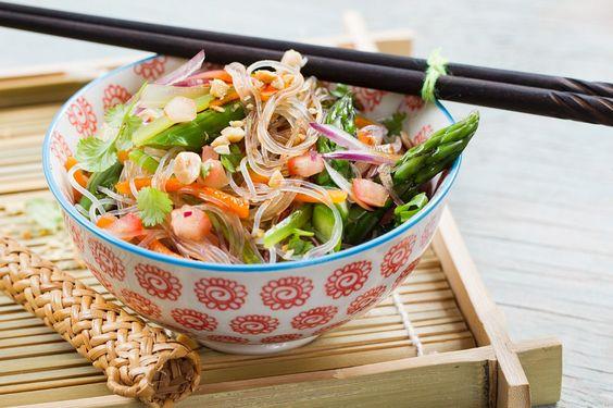 Asiatischer Glasnudelsalat - perfekt auch zum Mitnehmen in der Lunchbox. So schnell ist er gemacht: http://eatsmarter.de/rezepte/asiatischer-glasnudelsalat
