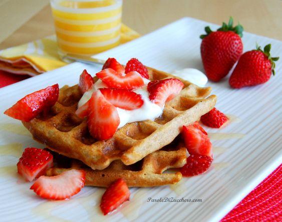 Waffles integrali con fragole, yogurt e miele, per una colazione sana.... o per merenda