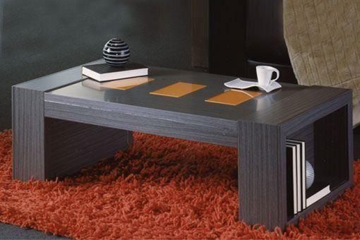 Mesa de centro en tono wengué con detalles en tono naranja en el tablero y originales patas que además, sirven como espacio para colocar diferentes objetos.