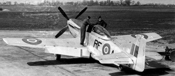 """North American P-51D """"Mustang"""" Mk.IV z 303 Dywizjonu Myśliwskiego im. Tadeusza Kościuszki."""