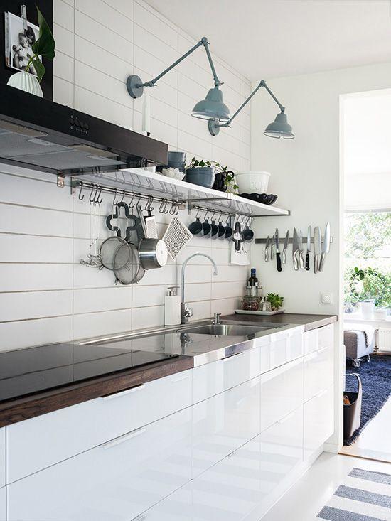 Cocina blanco y negro de Emma y Daniel Lerum (foto a través de Hecho en Presbo).