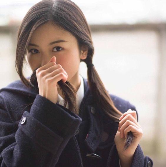髪をかぐ佐々木琴子