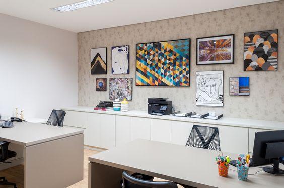 Escritório com quadros bem coloridos e cadeiras sayl | Office with a colorful art and sayl chairs - Pitaia arquitetura