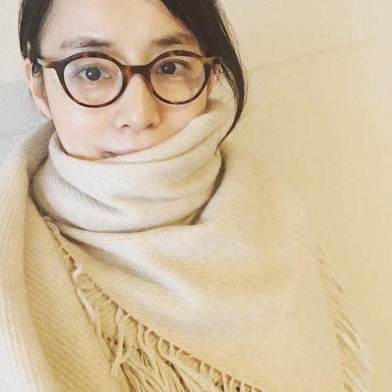 メガネにマフラー姿の石田ゆり子