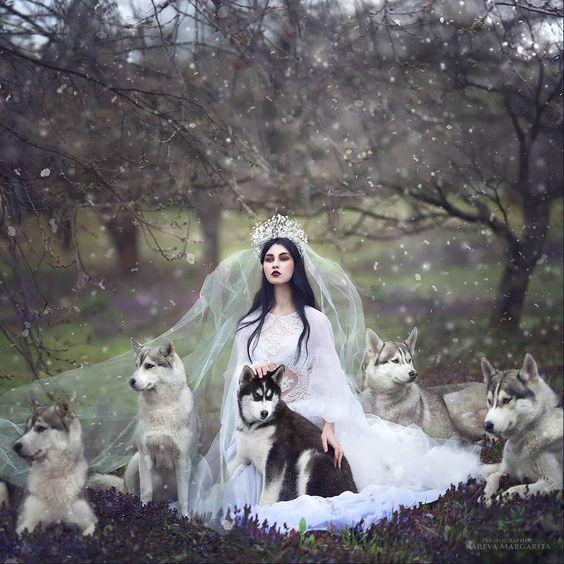 Margarita Kareva est une photographe russe spécialisée dans la photographie fantastique. Dans ses photos, elle transforme ses modèles aussi bien en princesses qu\\\'en sorcières.Elle concrétise ses rêves et son imagination dans cette sérieinspirée des contes de fées.Certains personnages sont d\\\'ailleurs tirés de contes connus, mais ils sont, pour la plupart, ...