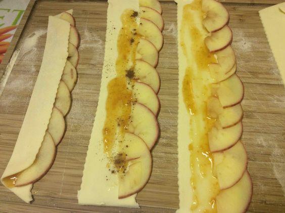 Ingredienti per 10 tortine 2 mele rosse 2 rotoli di pasta frolla fine o di pasta brisée 6 cucchiai di marmellata di albicocca succo di 1 limone cannella in polvere zucchero a velo
