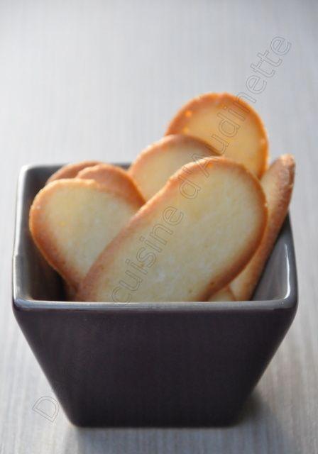 Une petite recette simplette pour commencer la semaine : qui n'aime pas déguster des langues de chat avec un thé bien chaud ou un café ? Cela permet d'utiliser des blancs d'œuf plus rapidement et plus facilement qu'en faisant des macarons :-) Pour changer,...