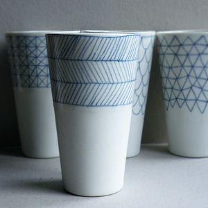 verre - €24.00  dimensions : environ 13cm de hauteur, 8cm de diamètre.  Vase, pot à crayons, grand verre...