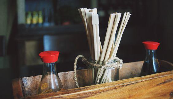 In diesem Artikel klären wir die Frage, ob Sojasauce gesund ist und unterscheiden dabei zwischen der traditionellen und industriellen Herstellung.
