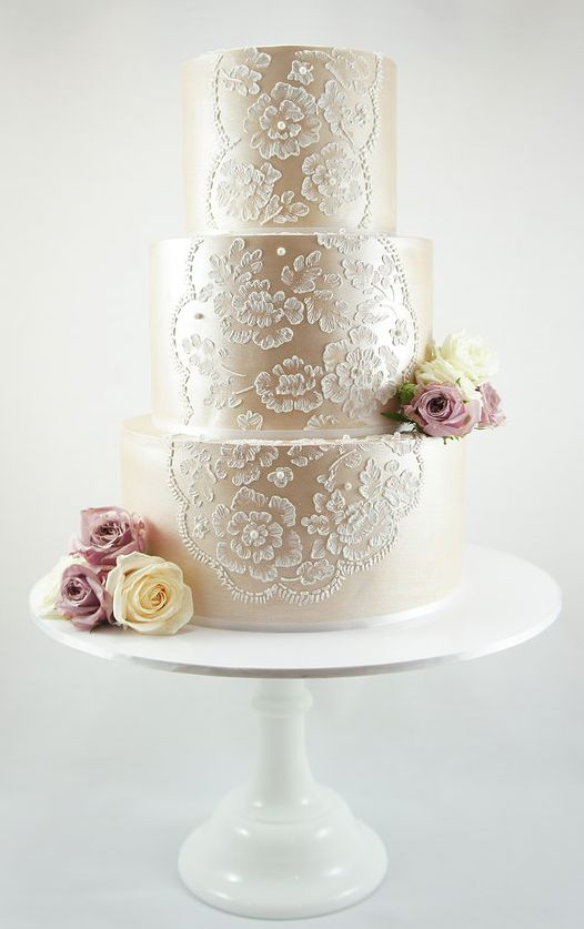 This #lace metallic #weddingcake is a gorgeous way to incorporate your wedding theme into your desserts!