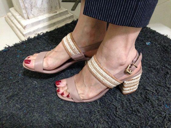 Sandália com salto de juta e dourado. Cor bege, prática é muito fácil de combinar.