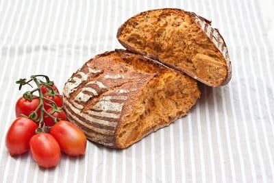 Tomatenbrot aus einem Weizensauerteig mit Schwarzkümmel und Bockshornkleesamen.