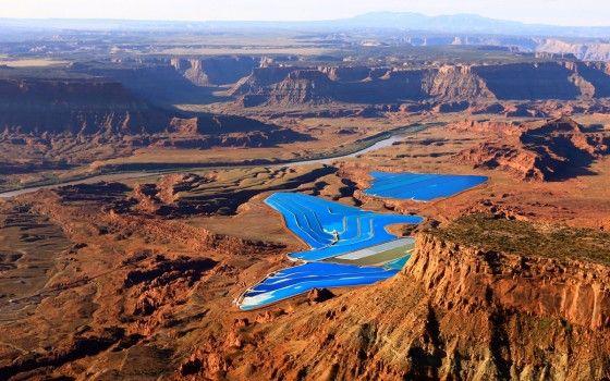 Blau funkelt inmitten der Wüste Moab in Utah (USA) das Wasser dieser Seenlandschaft. Eine Fata Morgana?