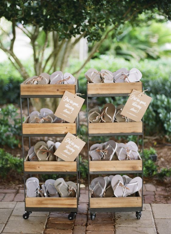 wedding flip flops - Beach wedding favors #weddingfavors