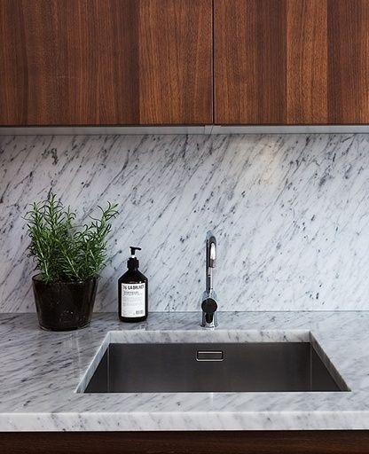 Retro moderne keuken van donker hout en wit marmer in appartement ...