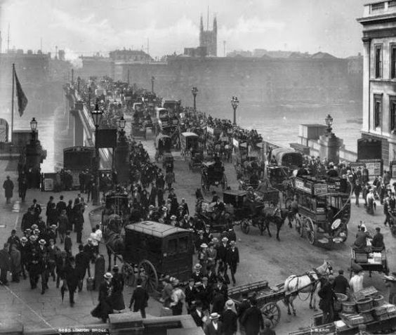 London in Victorian Era circa 1890: Traffic on London Bridge. (Photo by London Stereoscopic Company/Getty Images)