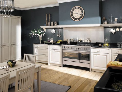 Cuisine rustique avec bois chêne blanc et murs bleu nuit ...