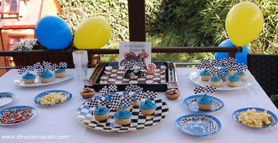 Azul y amarillo, fiesta infantil. cumple niño de tres años, coches de carreras, lacasitos, ganchitos, moto, tarta de chocolate. fiesta en el jardín.