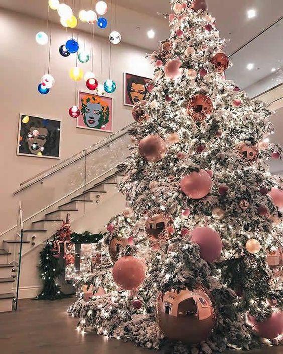 Molto bello l'albero di Natale innevato di Kylie Jenner, il quale è stato decorato con maxi palline sui toni del rosa e del rame. Bianchi gli addobbi di Paris Hilton ma anche quelli della sorella Nicky, che ha aggiunto anche un tocco d'oro.