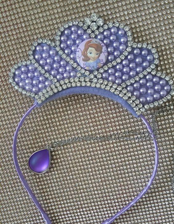 Coroa de strass, meias pérolas e botom da princesa  Amuleto de bijouteria